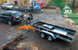 Přívěs Vezeko s hydraulickou rukou Vahva Jussi a kulatinovým drapákem JPJ Forest